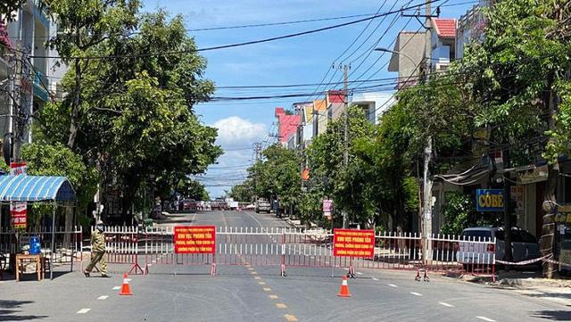 A section of Tran Phu Street in Tuy Hoa City is blocked. (Photo: NDO/Trinh Ke)