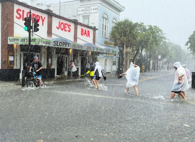 Bão nhiệt đới Elsa mạnh lên khi đổ bộ vào bang Florida, có thể gây ra lũ lụt và lốc xoáy - Ảnh 2.