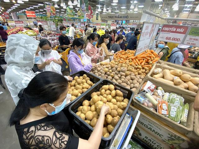 TP Hồ Chí Minh đảm bảo đủ hàng hóa, không để khan hàng, sốt giá trong bão dịch - Ảnh 2.