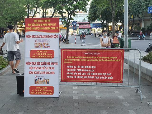 Hà Nội: Trên hồ Hoàn Kiếm nhiều người vẫn vô tư tập thể dục, hồ Tây đã giảm bớt - Ảnh 4.