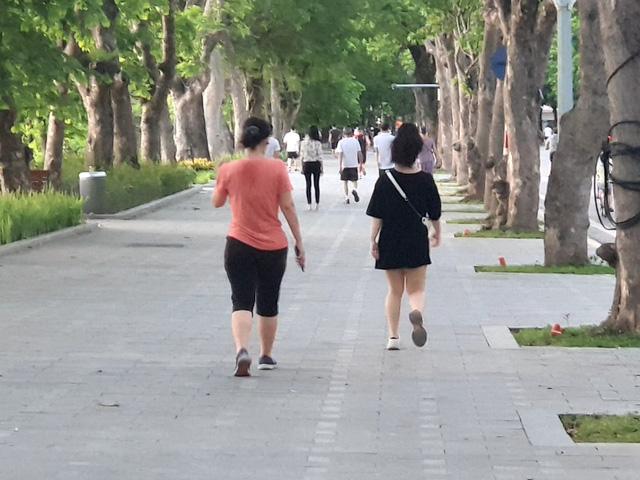 Hà Nội: Trên hồ Hoàn Kiếm nhiều người vẫn vô tư tập thể dục, hồ Tây đã giảm bớt - Ảnh 2.
