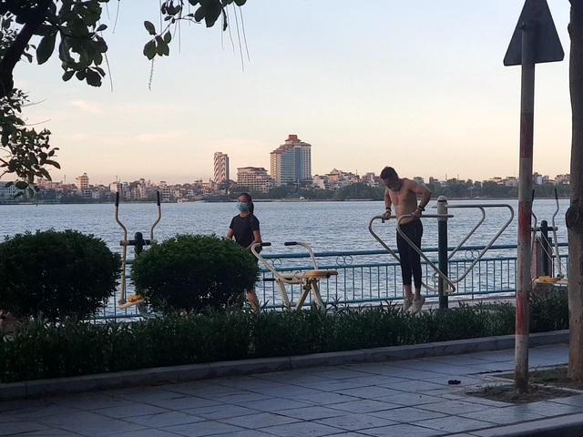 Hà Nội: Trên hồ Hoàn Kiếm nhiều người vẫn vô tư tập thể dục, hồ Tây đã giảm bớt - Ảnh 5.