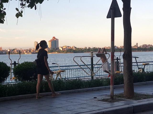 Hà Nội: Trên hồ Hoàn Kiếm nhiều người vẫn vô tư tập thể dục, hồ Tây đã giảm bớt - Ảnh 6.