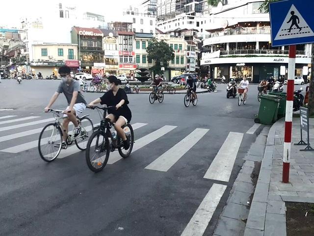 Hà Nội: Trên hồ Hoàn Kiếm nhiều người vẫn vô tư tập thể dục, hồ Tây đã giảm bớt - Ảnh 7.
