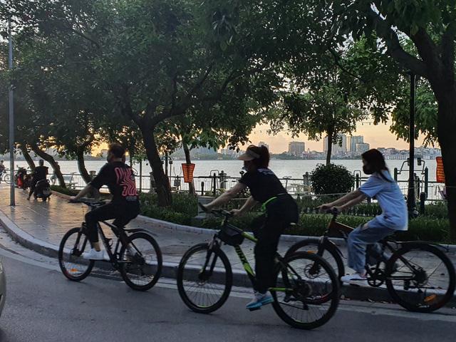 Hà Nội: Trên hồ Hoàn Kiếm nhiều người vẫn vô tư tập thể dục, hồ Tây đã giảm bớt - Ảnh 8.