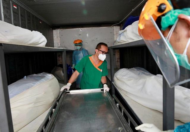 Nhà xác quá tải, Thái Lan phải dùng container đông lạnh chứa thi thể nạn nhân COVID-19 - Ảnh 1.
