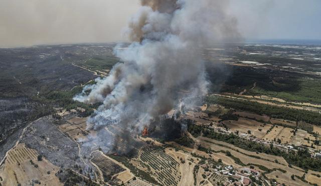 Cháy rừng tại Thổ Nhĩ Kỳ lan rộng, số nạn nhân thiệt mạng tăng lên 6 người - Ảnh 2.