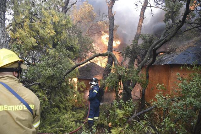 Cháy rừng bùng phát ở Hy Lạp khiến nhiều người bị thương - Ảnh 4.