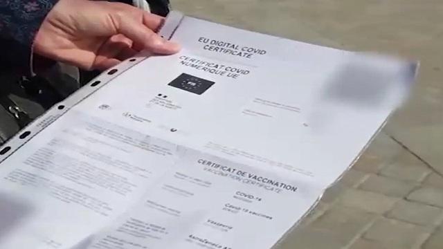 Pháp bắt buộc công dân dùng thẻ sức khỏe trong các hoạt động - Ảnh 1.