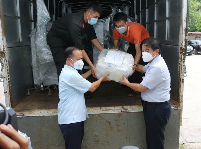Chuyến tàu đặc biệt chở trang thiết bị chi viện cho TP. Hồ Chí Minh - Ảnh 1.