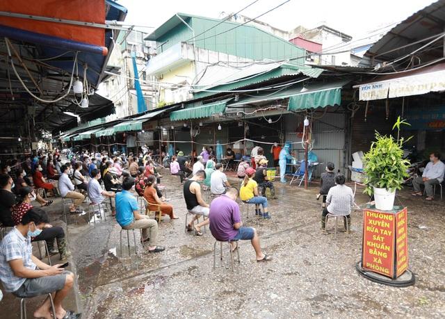 1 người bán rau mắc COVID-19, Hà Nội cách ly y tế chợ Phùng Khoang - Ảnh 8.