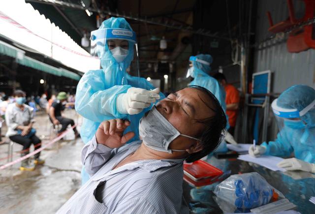 1 người bán rau mắc COVID-19, Hà Nội cách ly y tế chợ Phùng Khoang - Ảnh 7.