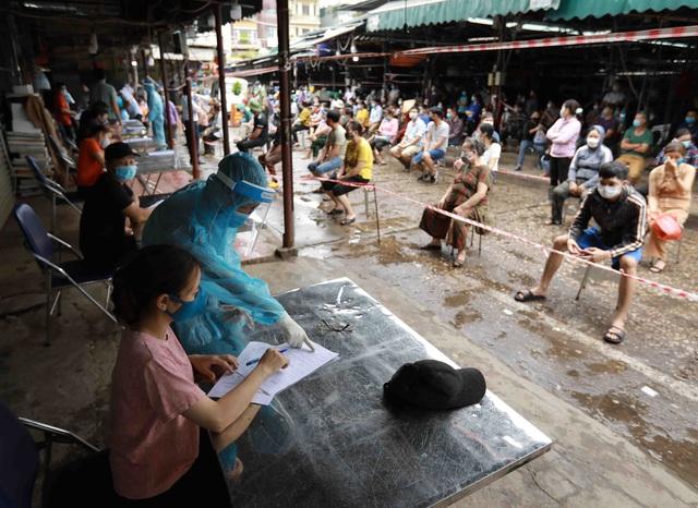 1 người bán rau mắc COVID-19, Hà Nội cách ly y tế chợ Phùng Khoang - Ảnh 2.