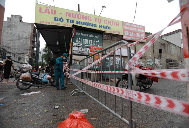1 người bán rau mắc COVID-19, Hà Nội cách ly y tế chợ Phùng Khoang - Ảnh 1.