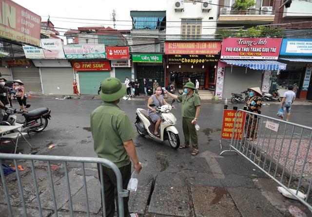 1 người bán rau mắc COVID-19, Hà Nội cách ly y tế chợ Phùng Khoang - Ảnh 4.