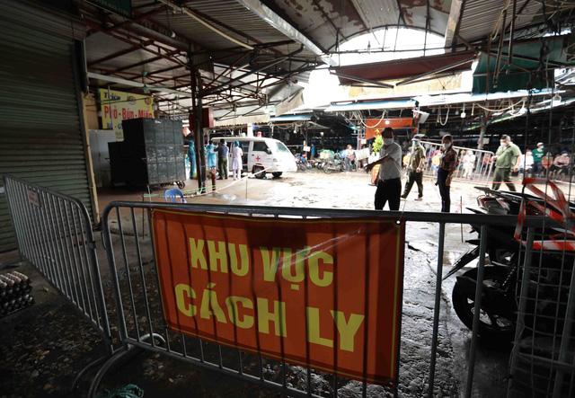 1 người bán rau mắc COVID-19, Hà Nội cách ly y tế chợ Phùng Khoang - Ảnh 10.