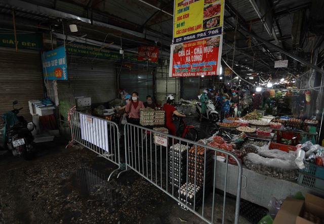 1 người bán rau mắc COVID-19, Hà Nội cách ly y tế chợ Phùng Khoang - Ảnh 9.