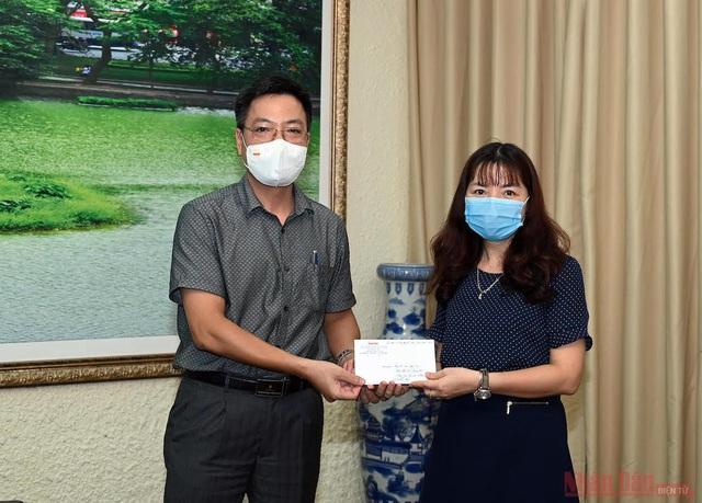 Báo Nhân Dân trao 200 triệu đồng hỗ trợ sinh viên bị ảnh hưởng dịch bệnh COVID-19 - Ảnh 2.