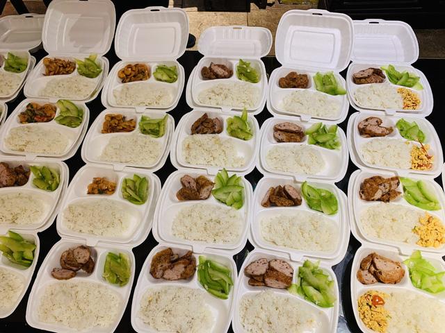 Hà Nội: Nhóm tình nguyện trao hàng trăm suất ăn mỗi ngày cho người khó khăn vì COVID-19 - Ảnh 1.