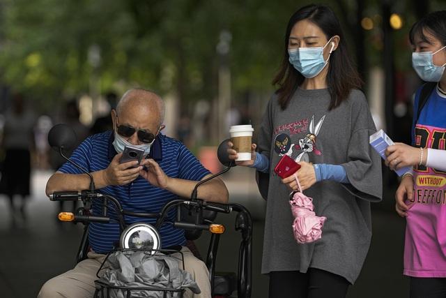 Ghi nhận nhiều ca nhiễm trong cộng đồng, Trung Quốc triển khai các biện pháp mạnh dập dịch - Ảnh 1.