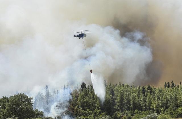 Cháy rừng ở Thổ Nhĩ Kỳ: Số nạn nhân thiệt mạng tăng lên 8 người, du khách sơ tán khẩn cấp - Ảnh 5.