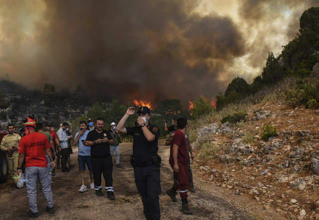 Cháy rừng ở Thổ Nhĩ Kỳ: Số nạn nhân thiệt mạng tăng lên 8 người, du khách sơ tán khẩn cấp - Ảnh 8.
