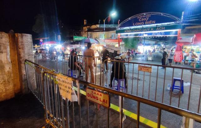 Hà Nội phong tỏa một phần chợ Long Biên - Ảnh 1.