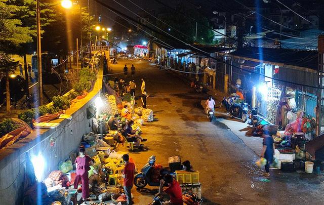 Hà Nội phong tỏa một phần chợ Long Biên - Ảnh 2.