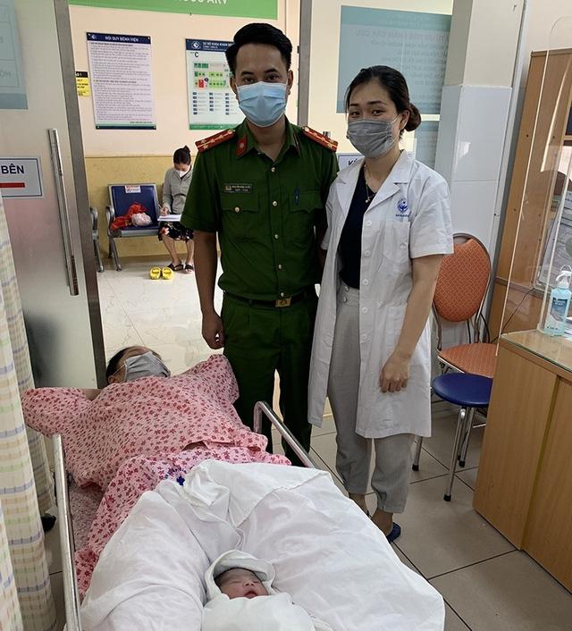 2 chiến sĩ trực chốt kiểm dịch giúp sản phụ sinh bé Công An - Ảnh 1.