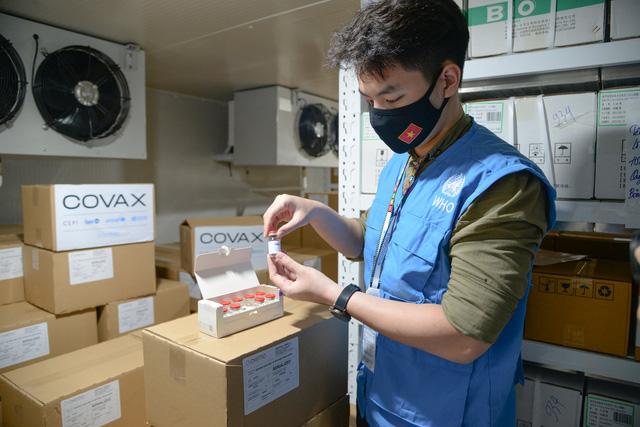 Gần 1,2 triệu liều vaccine AstraZeneca về đến Việt Nam - Ảnh 1.