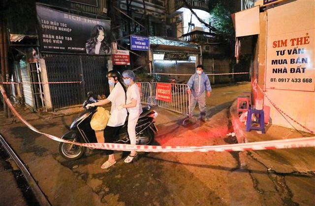 NÓNG: Phát hiện 20 ca nghi nhiễm COVID-19, Hà Nội phong tỏa tạm thời ngõ 651 Minh Khai - Ảnh 3.