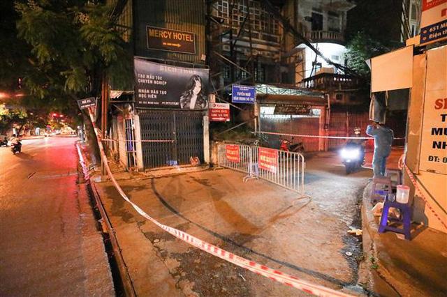 NÓNG: Phát hiện 20 ca nghi nhiễm COVID-19, Hà Nội phong tỏa tạm thời ngõ 651 Minh Khai - Ảnh 2.