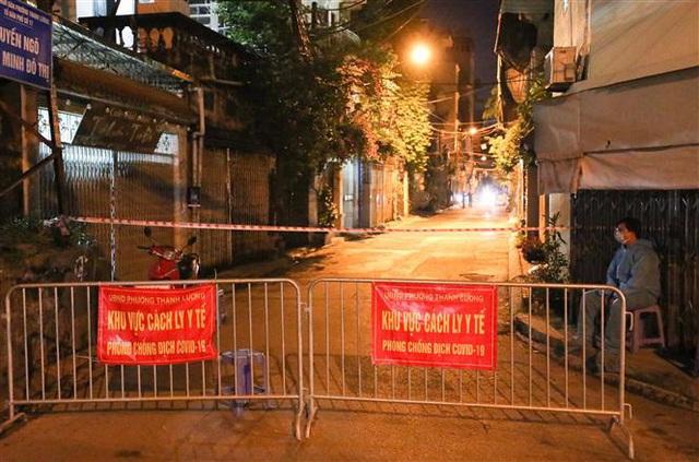 NÓNG: Phát hiện 20 ca nghi nhiễm COVID-19, Hà Nội phong tỏa tạm thời ngõ 651 Minh Khai - Ảnh 1.