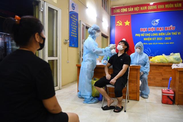 Lấy mẫu xét nghiệm COVID-19 cho tiểu thương chợ Long Biên trong đêm - Ảnh 4.
