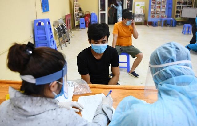 Lấy mẫu xét nghiệm COVID-19 cho tiểu thương chợ Long Biên trong đêm - Ảnh 3.