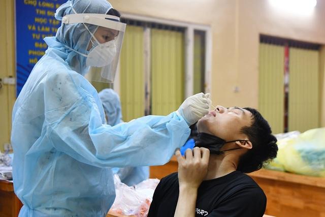 Lấy mẫu xét nghiệm COVID-19 cho tiểu thương chợ Long Biên trong đêm - Ảnh 6.