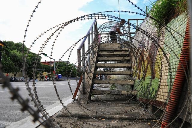 Lập hàng rào dây thép gai dọc đường Hồng Hà khu vực phong tỏa cả phường Chương Dương (Hà Nội) - Ảnh 8.