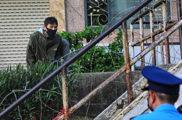 Lập hàng rào dây thép gai dọc đường Hồng Hà khu vực phong tỏa cả phường Chương Dương (Hà Nội) - Ảnh 7.