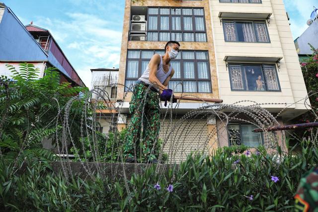 Lập hàng rào dây thép gai dọc đường Hồng Hà khu vực phong tỏa cả phường Chương Dương (Hà Nội) - Ảnh 6.