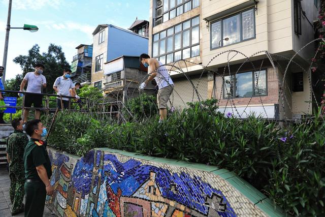 Lập hàng rào dây thép gai dọc đường Hồng Hà khu vực phong tỏa cả phường Chương Dương (Hà Nội) - Ảnh 5.