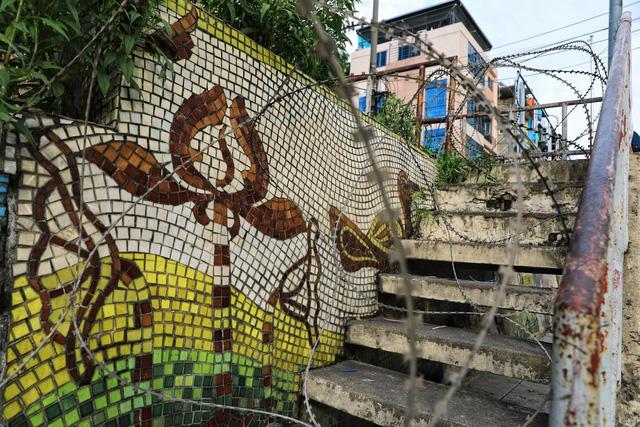 Lập hàng rào dây thép gai dọc đường Hồng Hà khu vực phong tỏa cả phường Chương Dương (Hà Nội) - Ảnh 4.