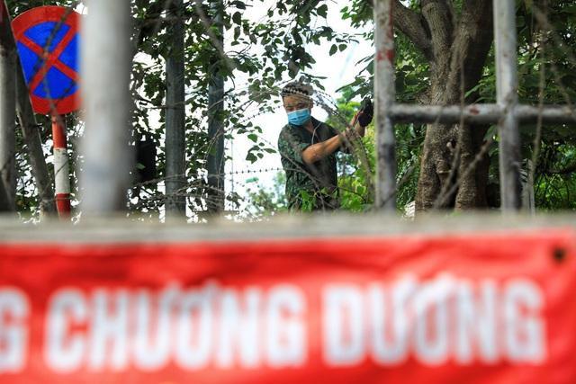 Lập hàng rào dây thép gai dọc đường Hồng Hà khu vực phong tỏa cả phường Chương Dương (Hà Nội) - Ảnh 3.
