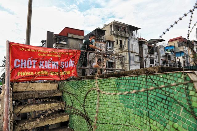 Lập hàng rào dây thép gai dọc đường Hồng Hà khu vực phong tỏa cả phường Chương Dương (Hà Nội) - Ảnh 2.