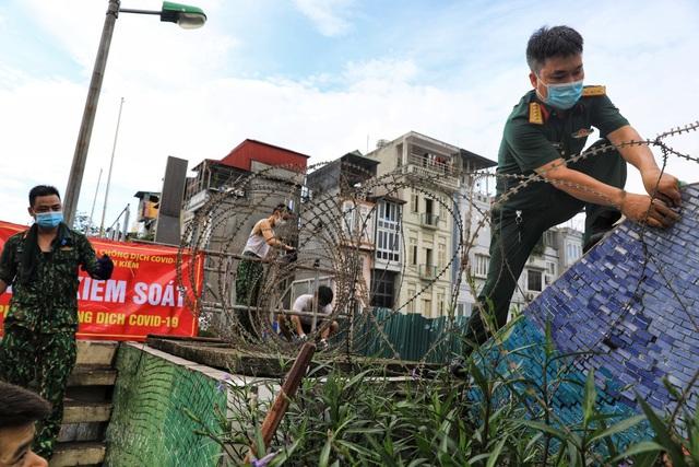Lập hàng rào dây thép gai dọc đường Hồng Hà khu vực phong tỏa cả phường Chương Dương (Hà Nội) - Ảnh 1.