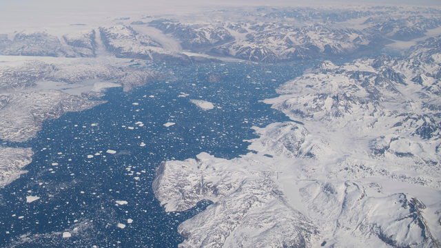 Lần đầu tiên trong lịch sử xuất hiện mưa trên đỉnh thềm băng Greenland - ảnh 1