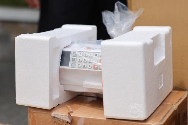 Trao tặng trang thiết bị y tế và buồng vệ sinh kháng khuẩn cho các bệnh viện dã chiến TP Hồ Chí Minh - Ảnh 3.