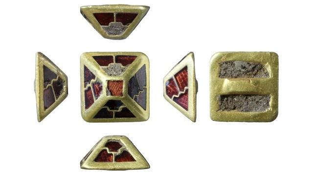 """Phát hiện """"kim tự tháp"""" bằng vàng hơn 1.400 năm tuổi tại Anh - ảnh 1"""