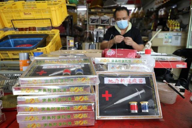 Malaysia: Bán vaccine COVID-19 bằng giấy để cúng tế cho người chết - ảnh 1