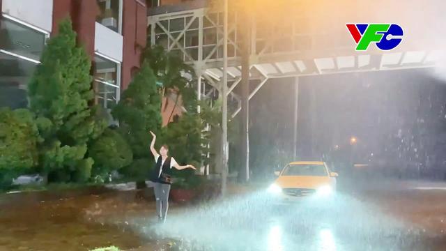 Hương vị tình thân: Hậu trường Long - Nam dầm mưa mà ngỡ như bão - ảnh 2