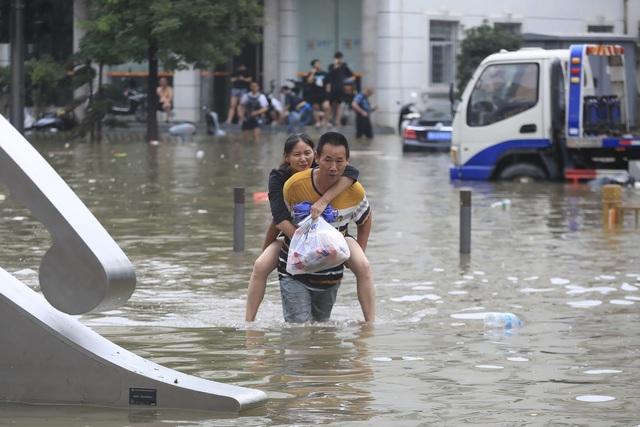 Số nạn nhân thiệt mạng do lũ lụt ở Trung Quốc tăng gấp 3 lần, lên hơn 300 người - Ảnh 1.